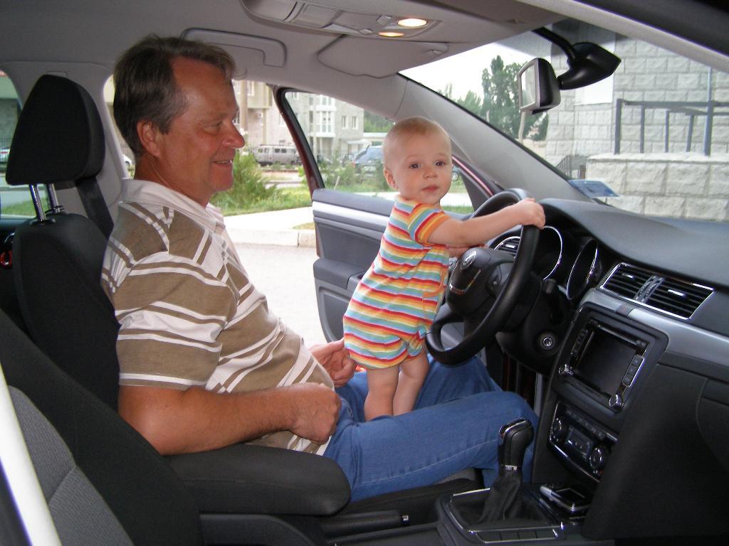 Деда, тебя подвезти?. Стар и мал