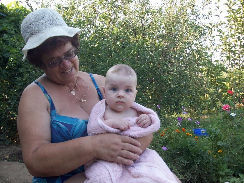 С бабушкой на даче. Стар и мал