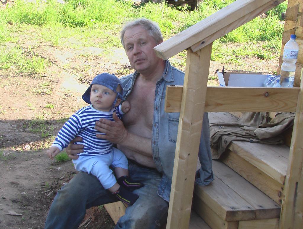 Мы с дедушкой сами строим дом!. Стар и мал
