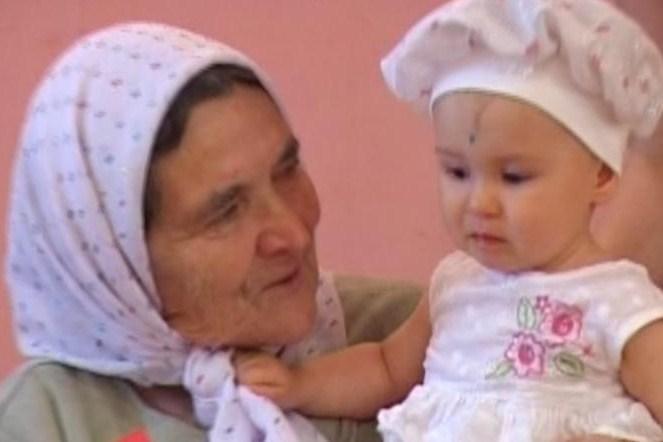 Камила первый раз увидела прабабушку. Стар и мал