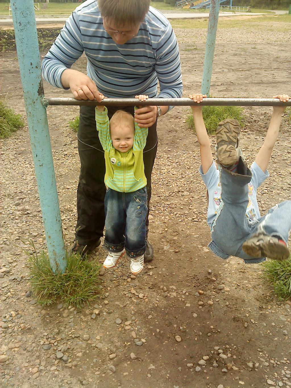 Папа, Яна, я - спортивная семья!. На зарядку!