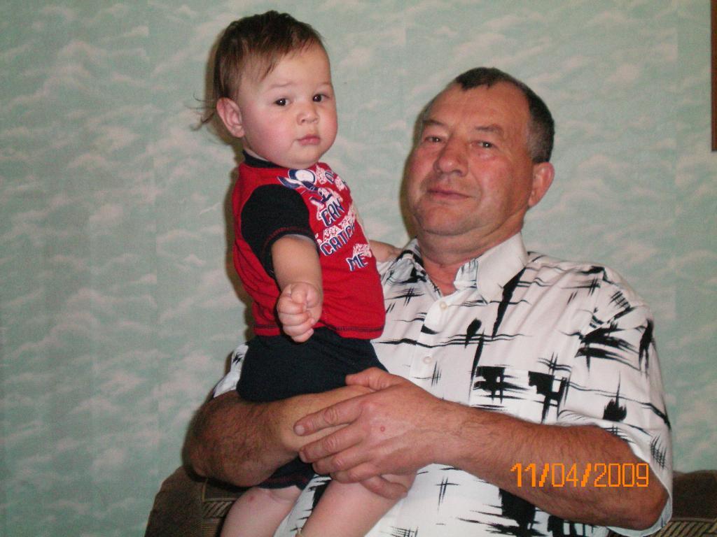 счастливый дедуля с любимым внуком. Стар и мал