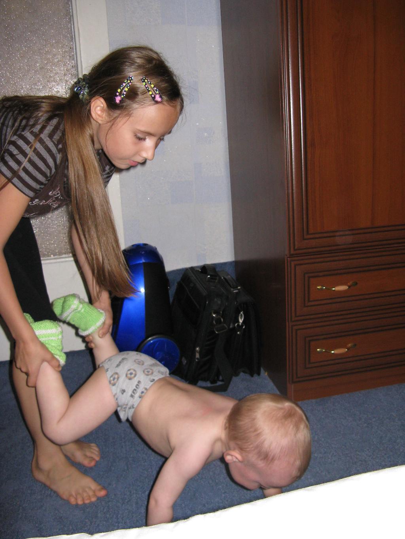 Сестренка тренирует будущего чемпиона.............. На зарядку!