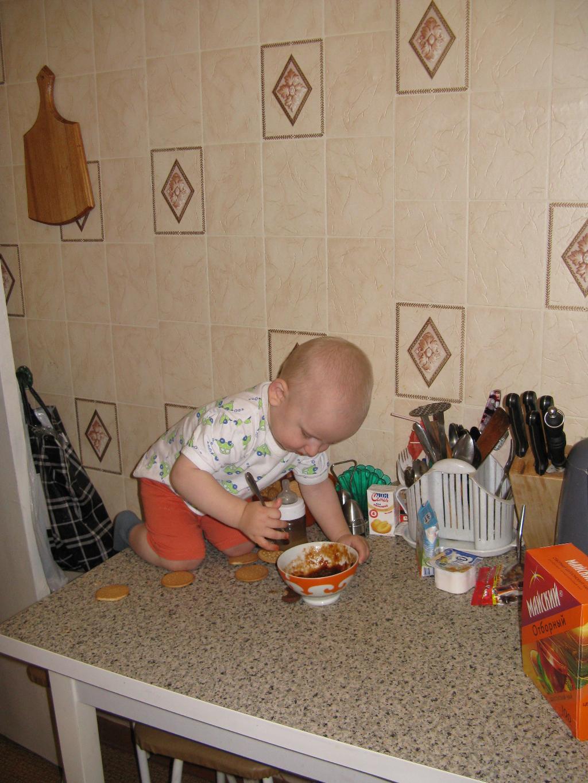 А я вот так помогаю маме готовить!. Маленькие помощники