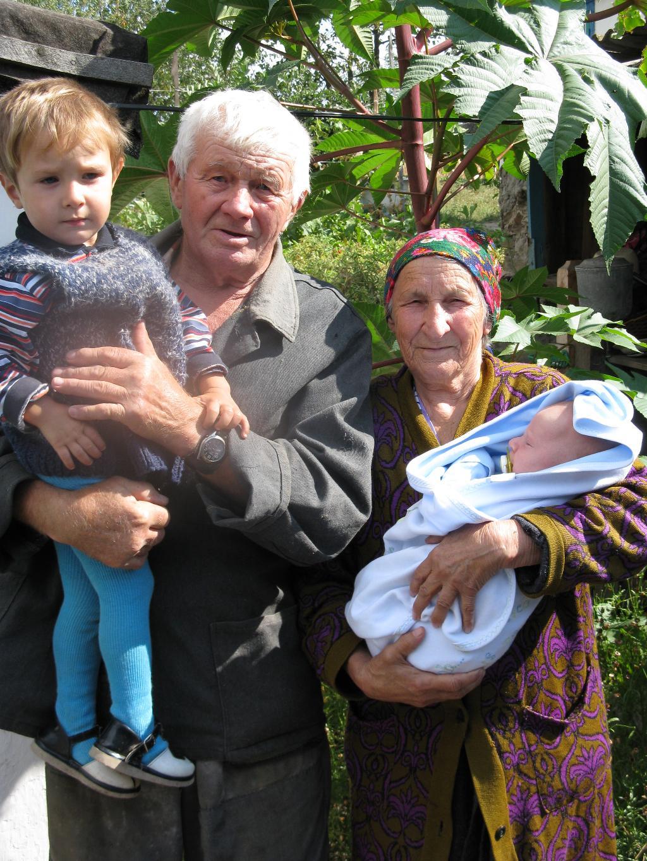 Бабушка, дедушка и правнуки.... Стар и мал