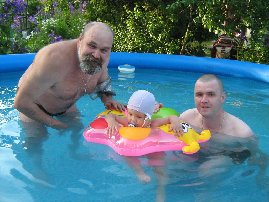 В бассейне с дедулей и папулей. Стар и мал
