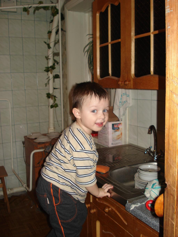 Пока не видят, помою посуду..... Малыши