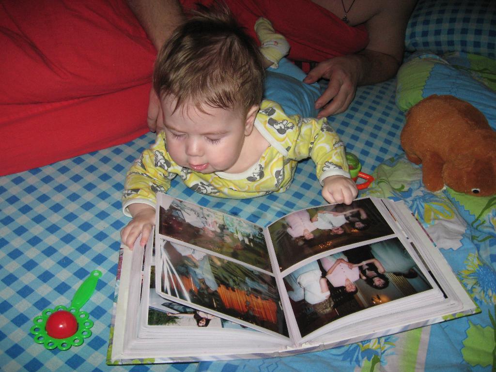 Разглядываю мамин фотоальбом.. Юные книголюбы