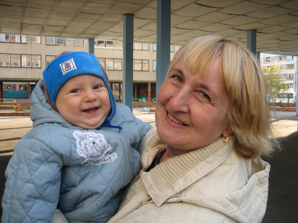 Кирюша и бабуля. Стар и мал