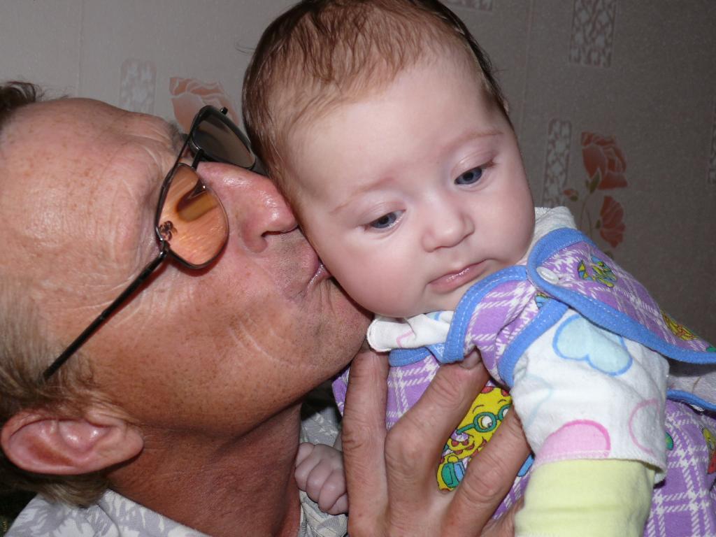Сладкий поцелуй от деда. Стар и мал