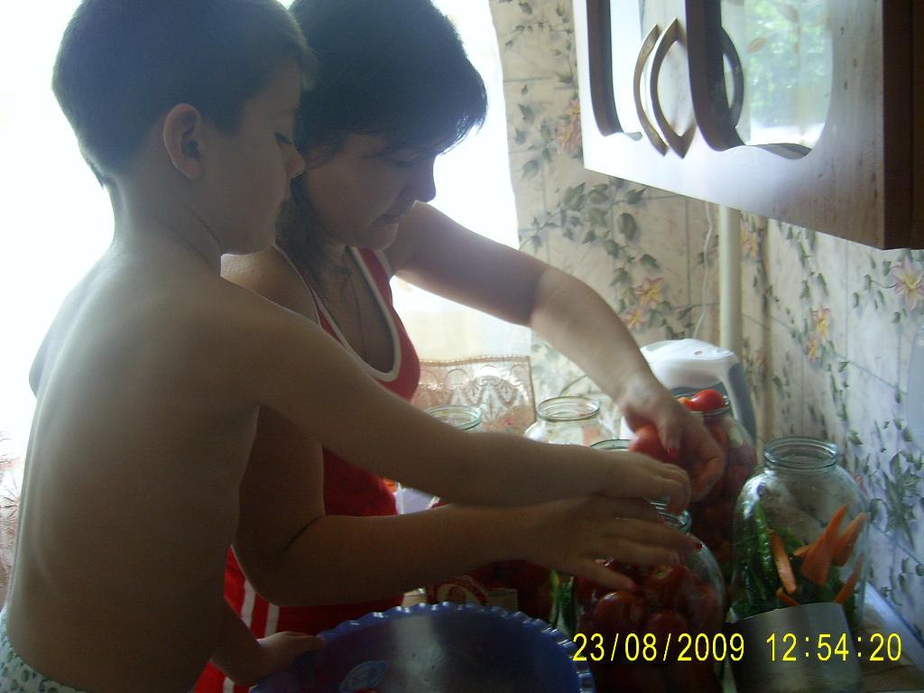 Закрываем помидорчики на зиму. Готовим вместе с мамой