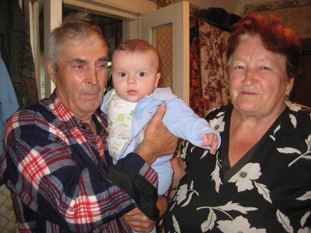 Прабабушка и прадедушка, а посередине Максик!. Стар и мал