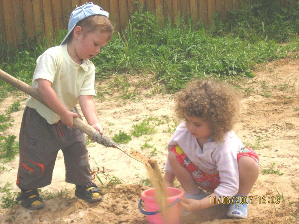 помогу сестренке накопать песочек. Субботник