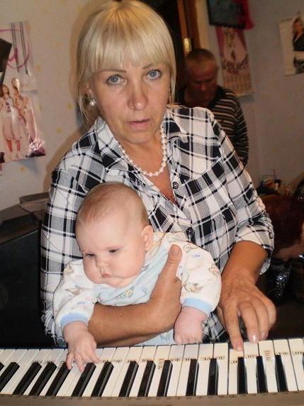Бабушка учит Лиану играть на синтезаторе. Стар и мал