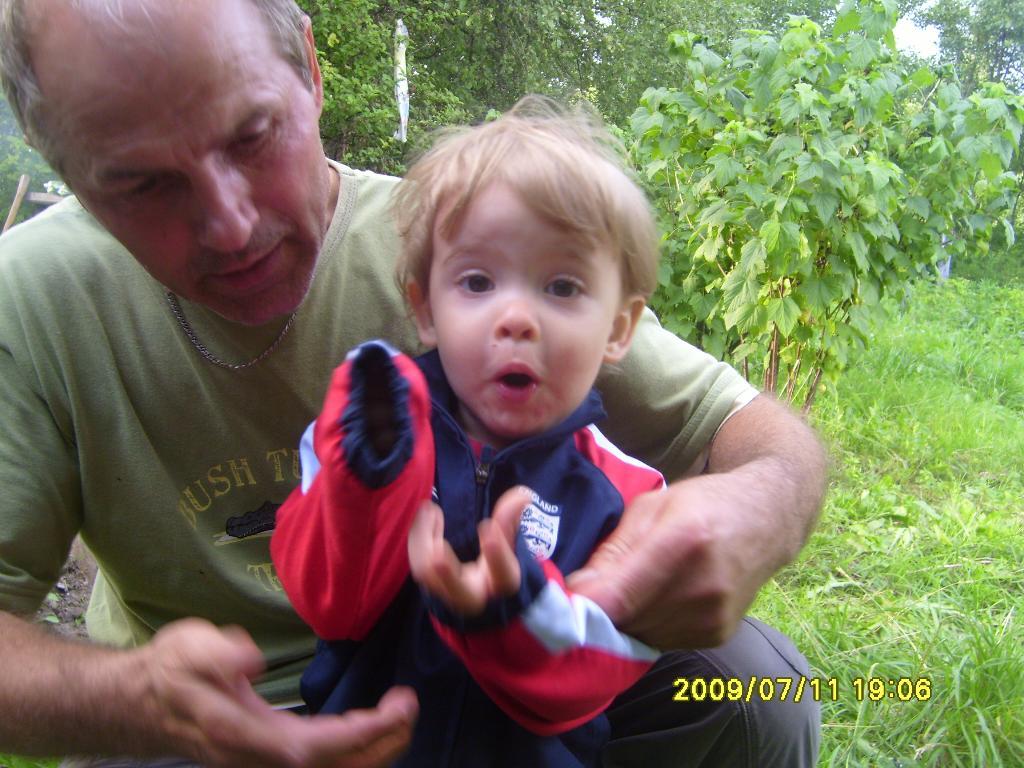 Миша с дедушкой. Стар и мал