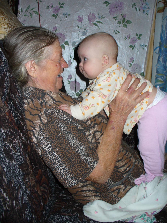 Полина с прабабушкой в деревне. Стар и мал