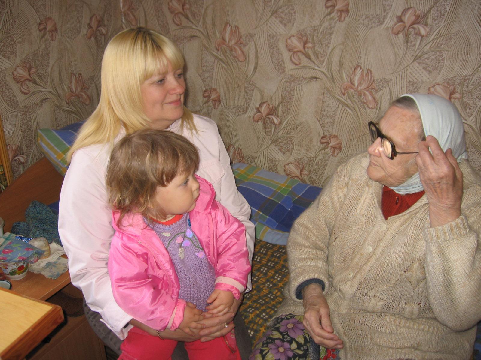 внучка и праправнучка в гостях у бабушки Ани . Стар и мал