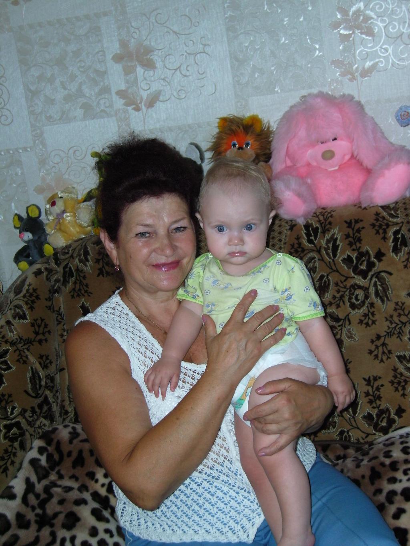 Бабушка с первой внучкой. Стар и мал