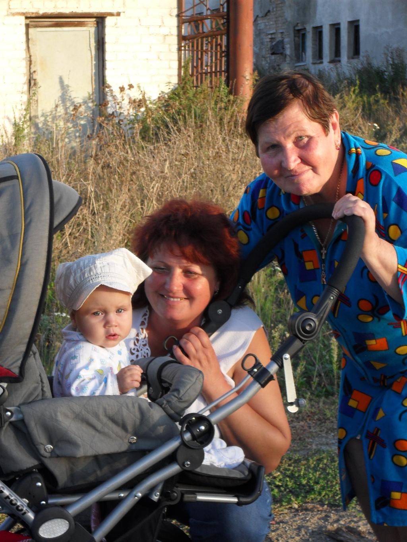 Яна с бабушкой и прабабушкой. Стар и мал