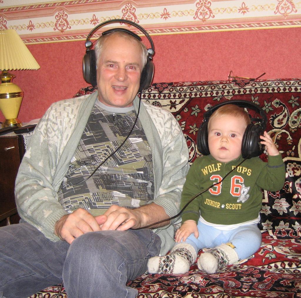 Мы с дедушкой, рядышком, слушаем музыку и поем!. Закрытое голосование фотоконкурса 'Стар и мал '