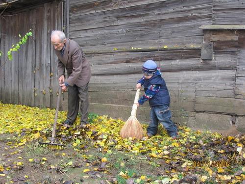 надо дедушке помочь. Субботник
