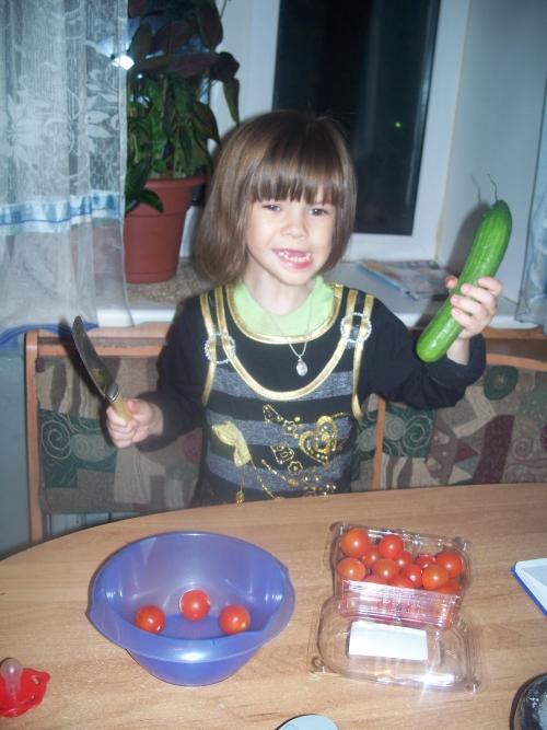 надо зделать салатик!!!!!!!!. Готовим вместе с мамой