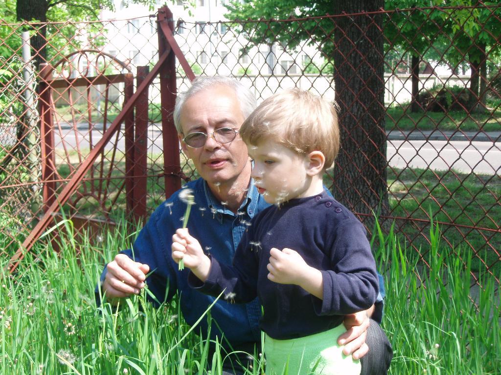 Я со своим дедушкой, собираем одуванчики!!!!. Стар и мал