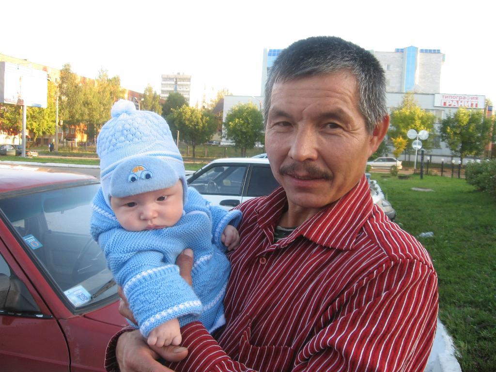 На прогулке с дедом. Стар и мал