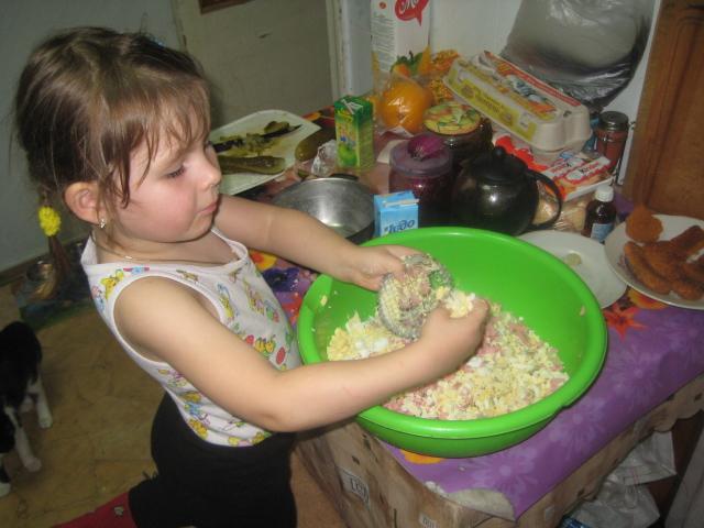 приготовление салата оливье. Готовим вместе с мамой