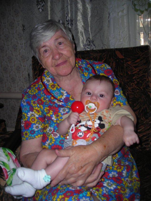 Андрюша (3,5мес) с прабабушкой (80 лет). Стар и мал