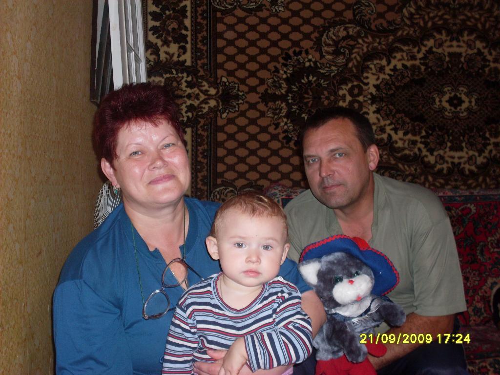 Оксаночка с бабушкой и дедушкой. Стар и мал