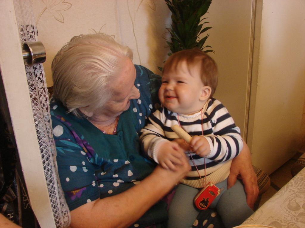 Бабушка, угощайся. Закрытое голосование фотоконкурса 'Стар и мал '
