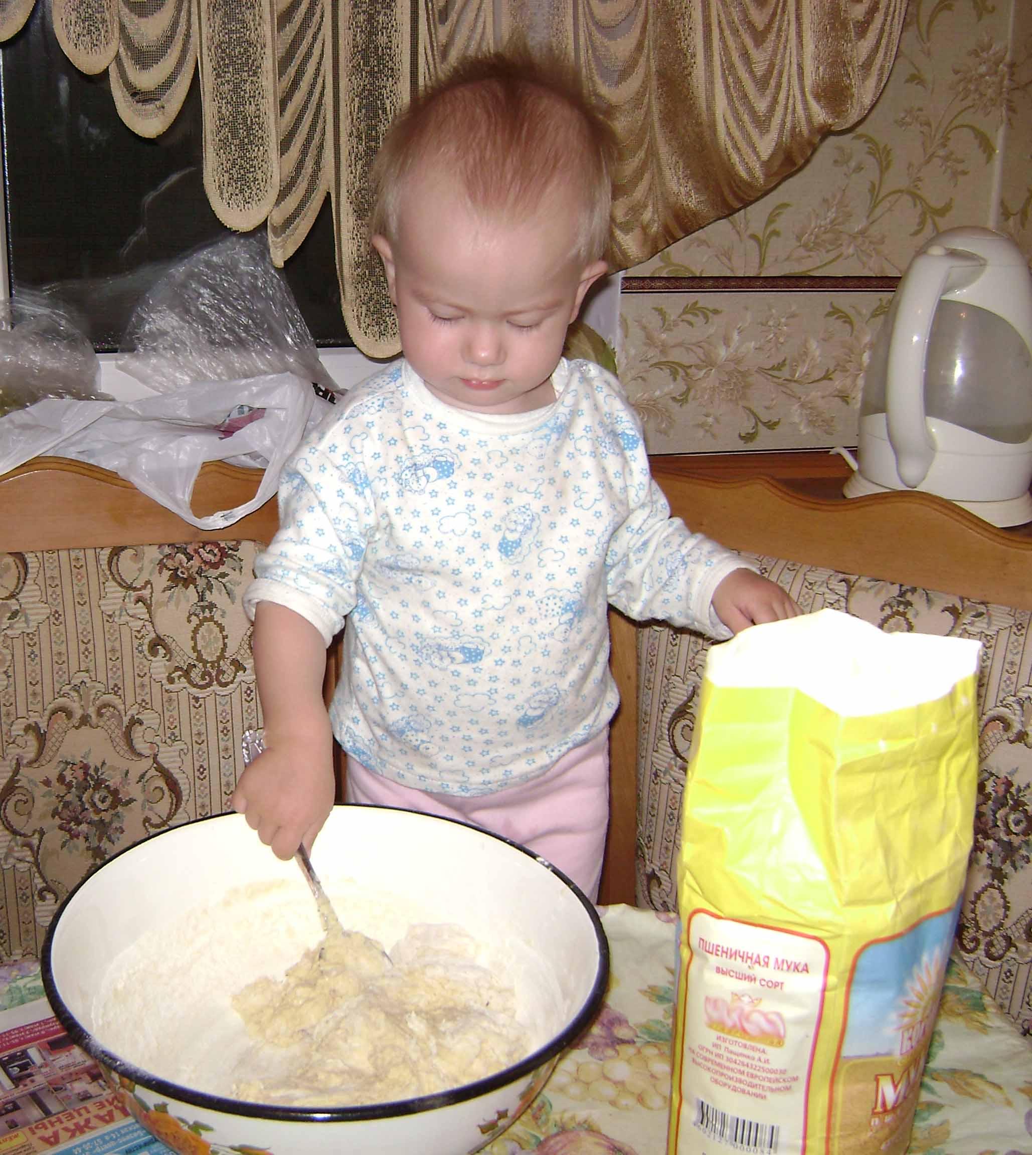Будем печь мы пирожки, замесила тесто.. Готовим вместе с мамой