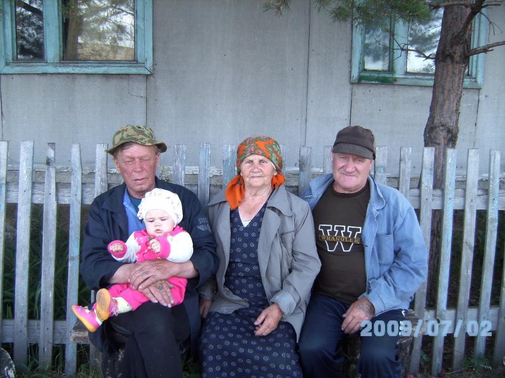 Даша с двумя дедушками и прабабушкой. Стар и мал