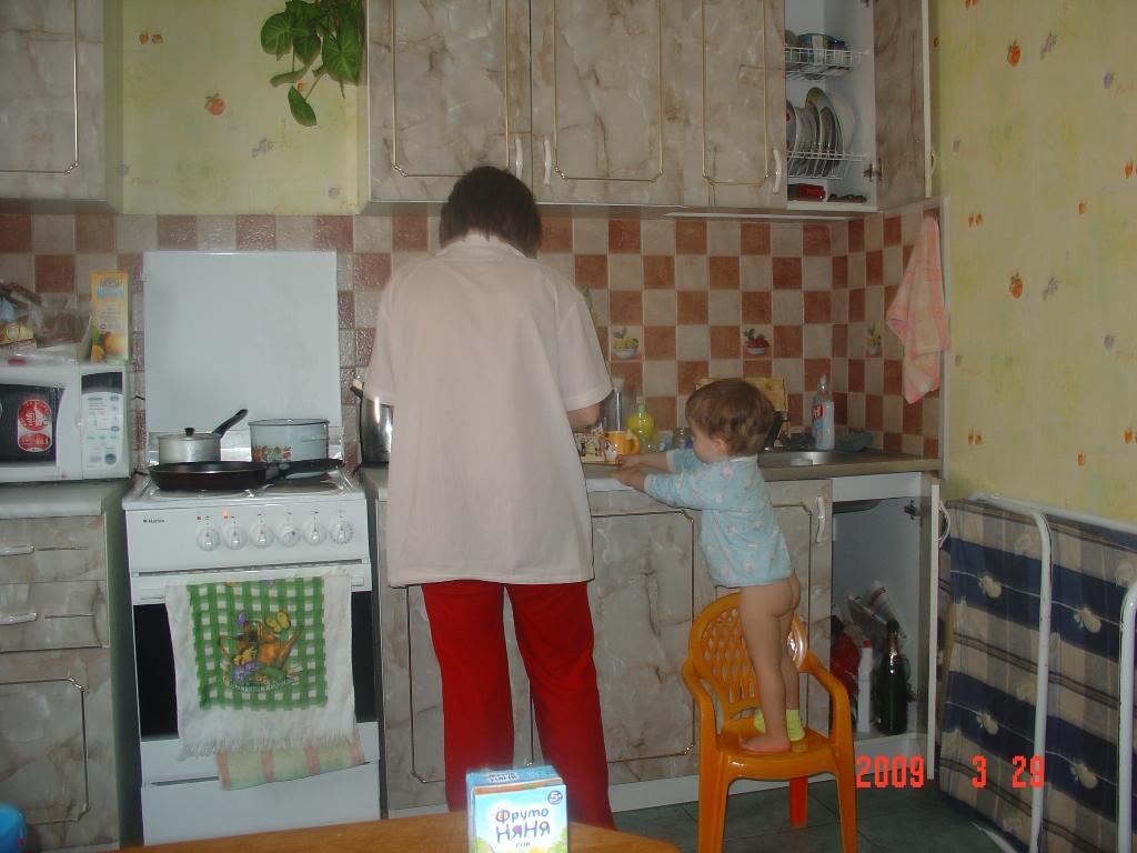 Штаны одеть опять забыл,так маме помогать спешил. Готовим вместе с мамой