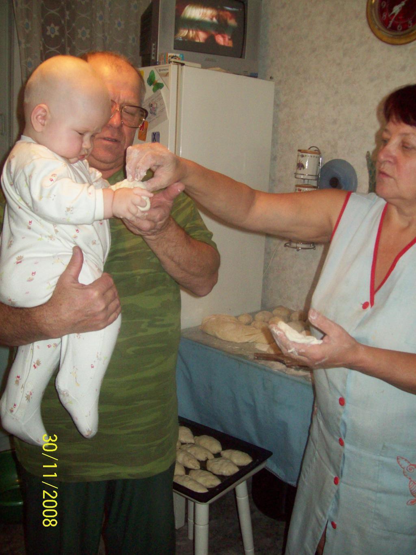 Уроки кулинарного мастерства! Дочка перенимает опыт у бабули!!!. Стар и мал