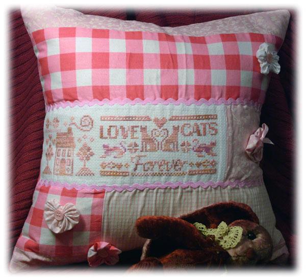 Подушка с котиками.