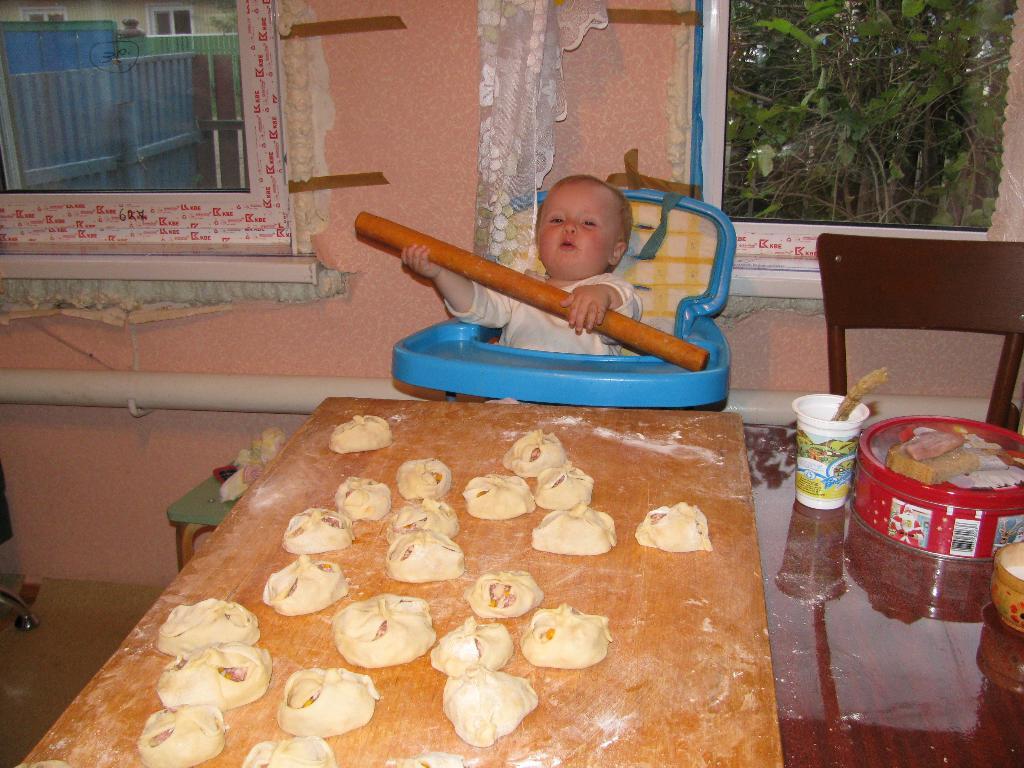 субботний обед почти готов!!!Бабуля, а что нибудь еще делать будем!. Маленькие помощники
