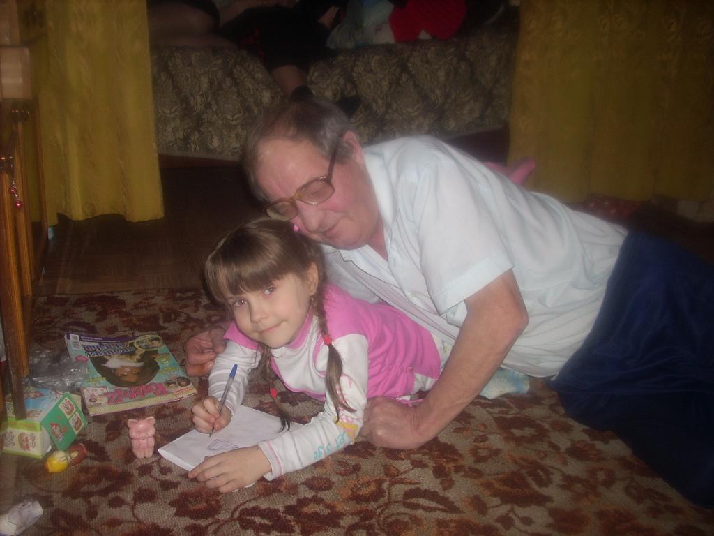 дедушка готовит внучку к школе. Стар и мал