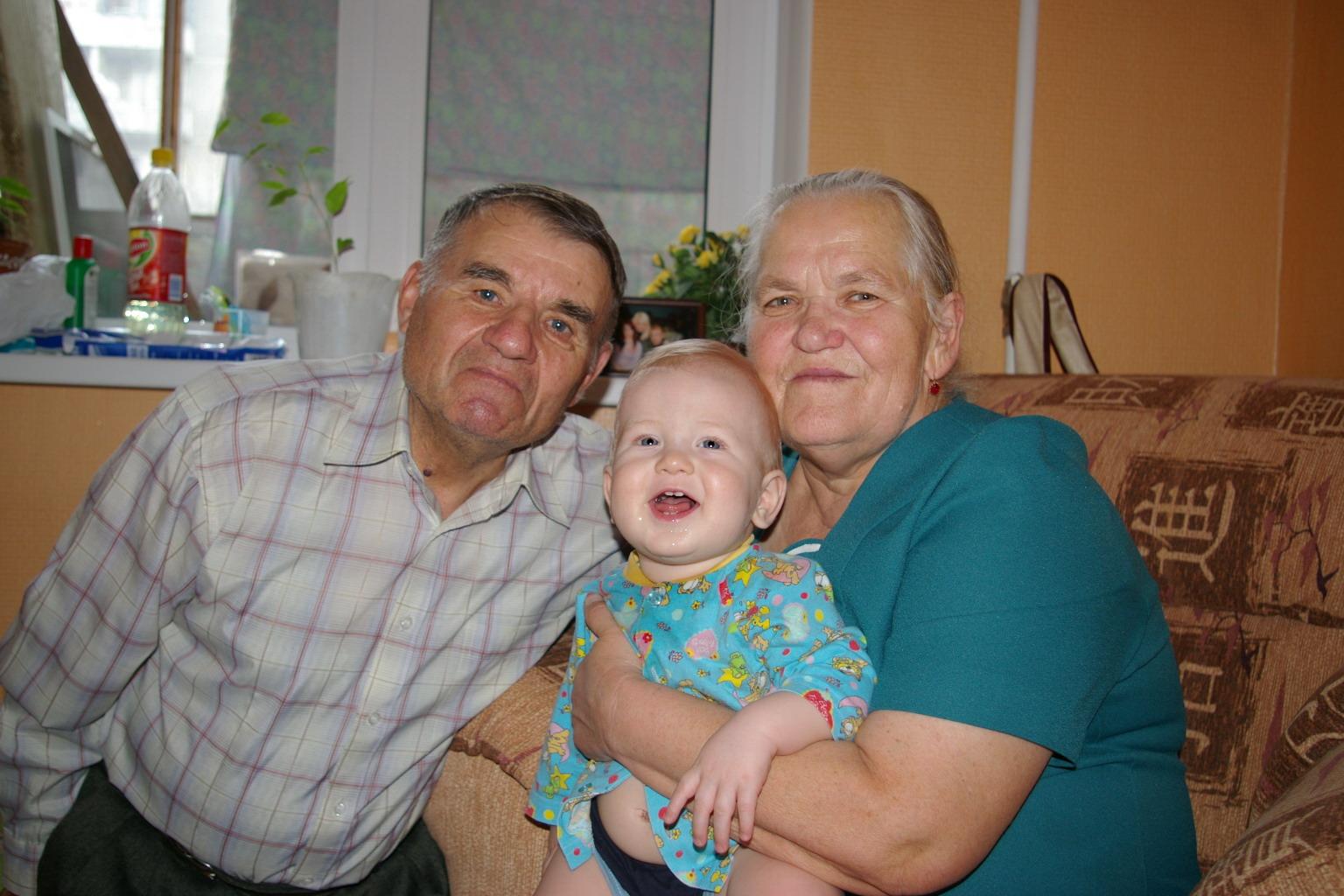 С прабабушкой и прадедушкой.. Стар и мал
