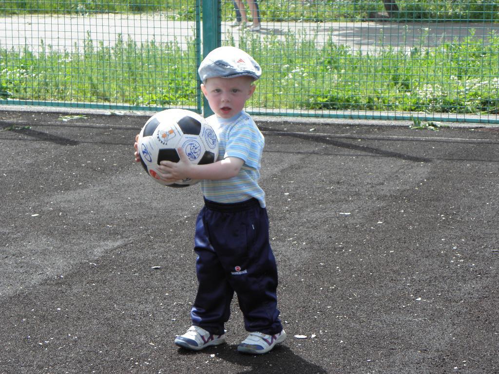Юный футболист. На зарядку!