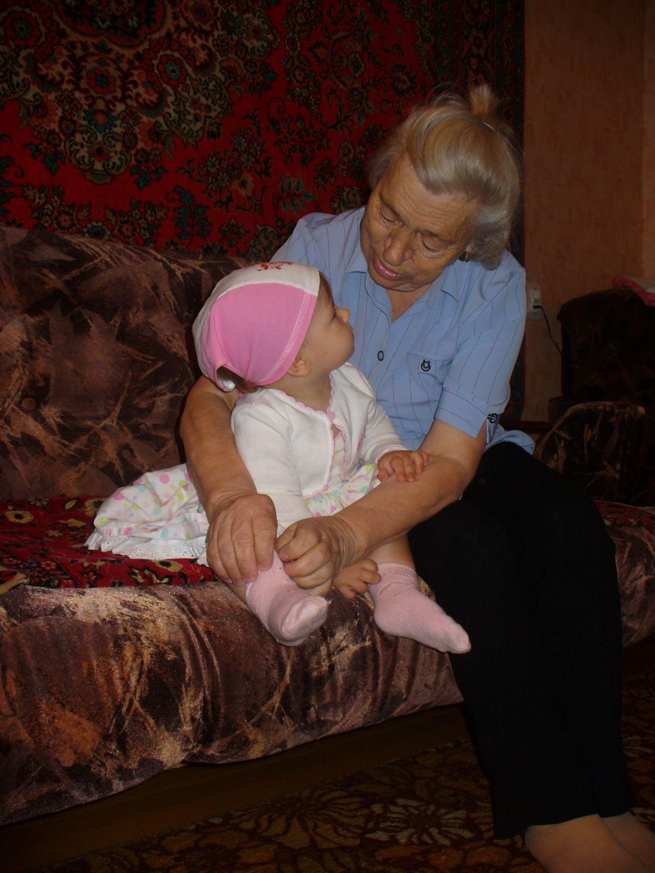 На бабулю я смотрю - как же я ее люблю!. Стар и мал