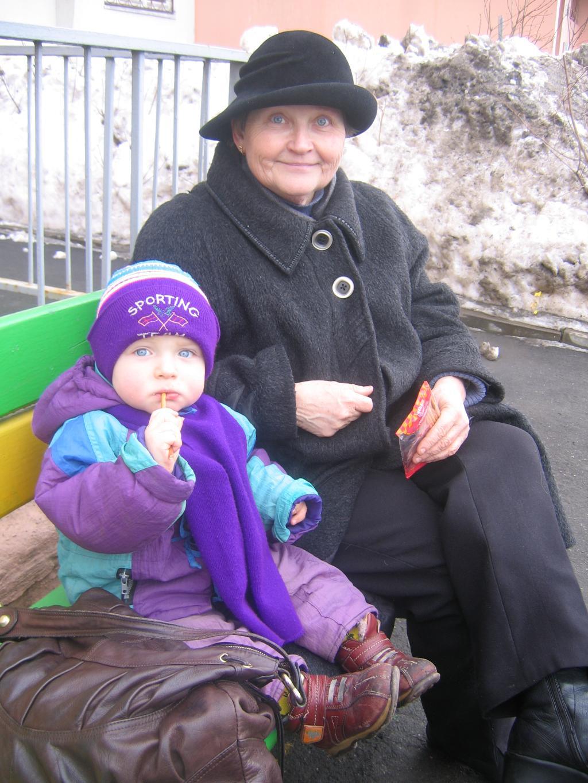 С моей бабушкой вдвоем посидим и пожуём. Стар и мал