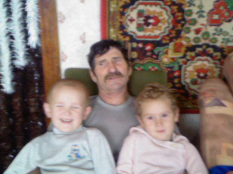 Внуки с любимым дедом, на коленях лучше.... Стар и мал