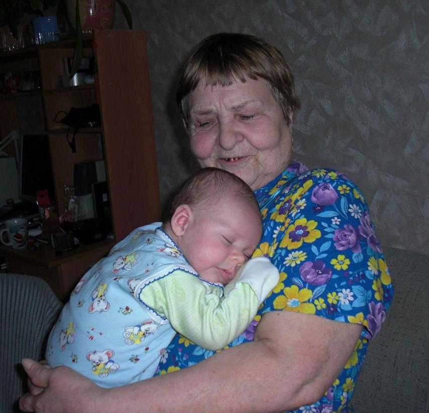 Сплю у прабабушки на ручках. Стар и мал