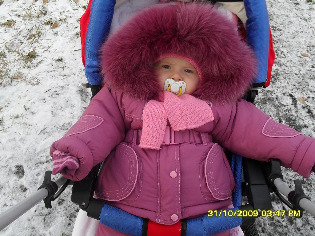 холодно. Дети в колясках