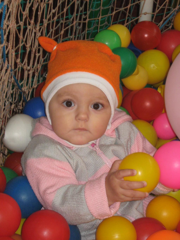 Ванна из шариков.. Дети: художественное фото