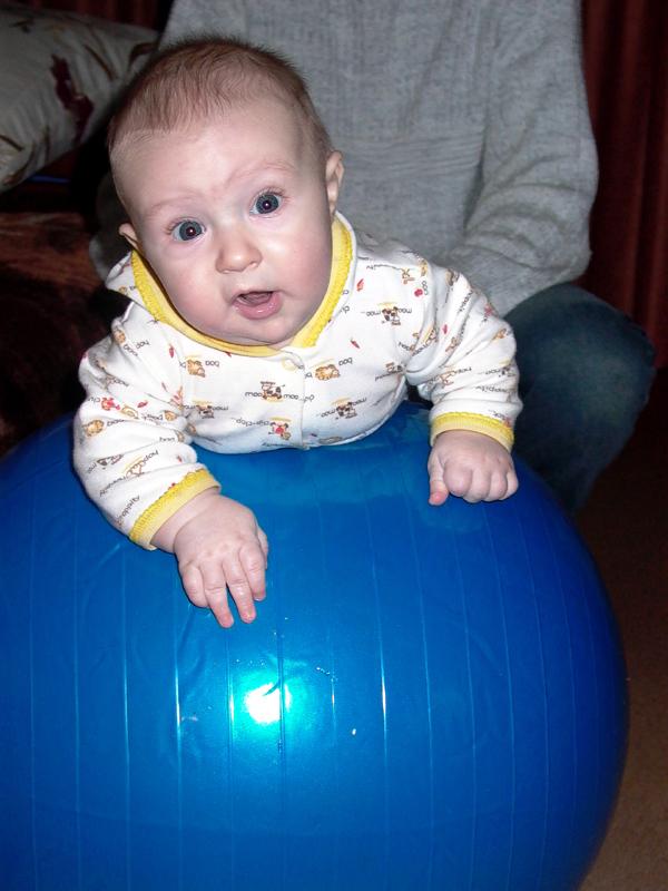 Мальчик на шаре. Малыши-крепыши