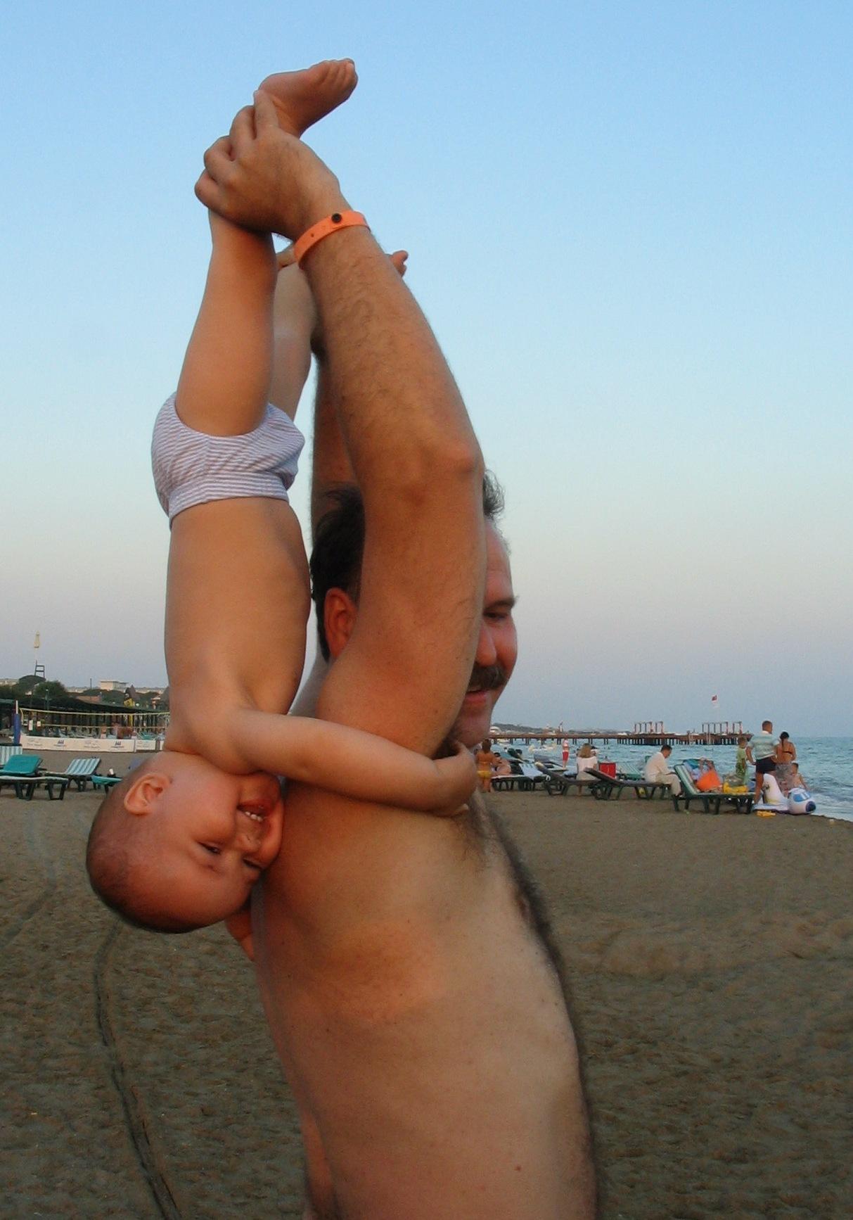 Физкульт-УРА! :-) Зарядка с папой на берегу моря.. Малыши-крепыши