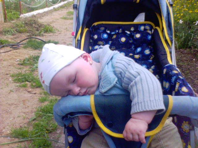 в коляске спит. Спящие дети